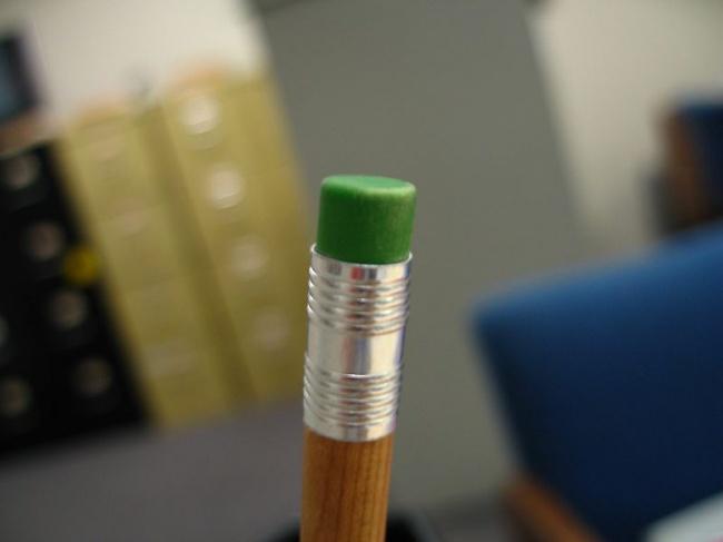 پیش از اختراع پاک کن، بشر برای پاک کردن جوهر و مداد از پودر سوخاری استفاده می کرد.