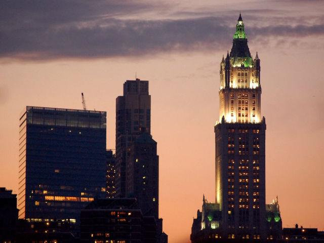 ساختمان وول ورث نیز یکی دیگر از برج های محله منهتن در شهر نیویورک است که در خلال سال های ۱۹۱۳ تا ۱۹۳۰ بلندترین ساختمان جهان محسوب می شد. ساخت این بنا از ۱۹۱۰ تا ۱۹۱۳ به طول انجامیده و ۲۴۱ متر و ۵۷ طبقه دارد.