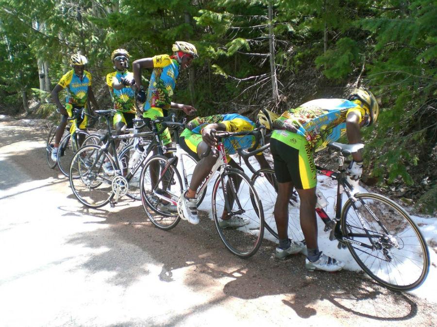 دوچرخه سوارهای رواندا، برای نخستین بار در عمر خود برف می بینند.