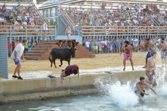 13-espectaculo-de-bous-a-la-mar-en-denia-w700