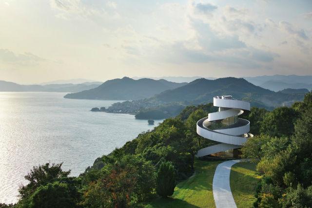 در شهر اونومیچی در استان هیروشیما، زوج های جوان برای بستن پیمان ازدواج به کلیسای روبان که به شکل روبان طراحی شده می روند.