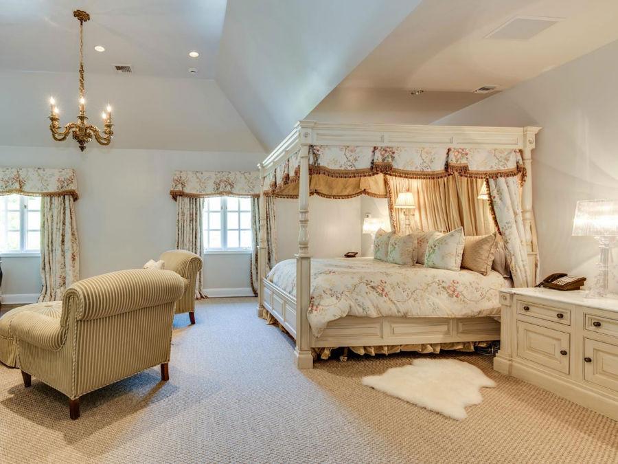 در طبقه بالا، شاهد اتاق خواب اصلی هستیم که بسیار باشکوه و مجلل دکور شده است. این اتاق خودش یک سوئیت کامل به شمار می رود به طوری که نشیمن شخصی، سرویس بهداشتی و اتاق تعویض لباس در خود دارد.