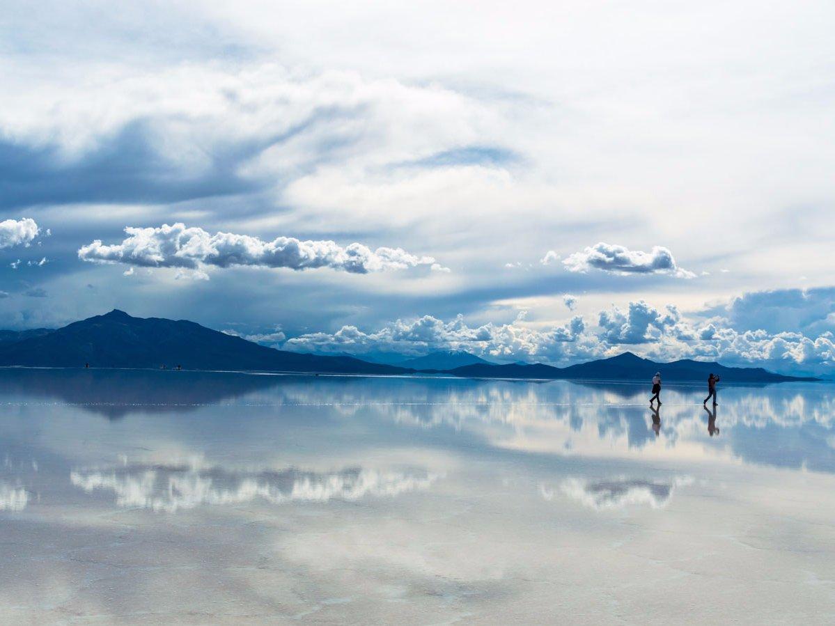 Salar de Uyuni در کشور بولیوی، با مساحت 10359.95 کیلومتر مربعی، بزرگ ترین دشت نمک دنیا به شمار می رود. هنگامی که در این منطقه باران می بارد، این دریاچه به یک آینه عظیم تبدیل می شود که تصویر محیط پیرامون خود را منعکس می کند.