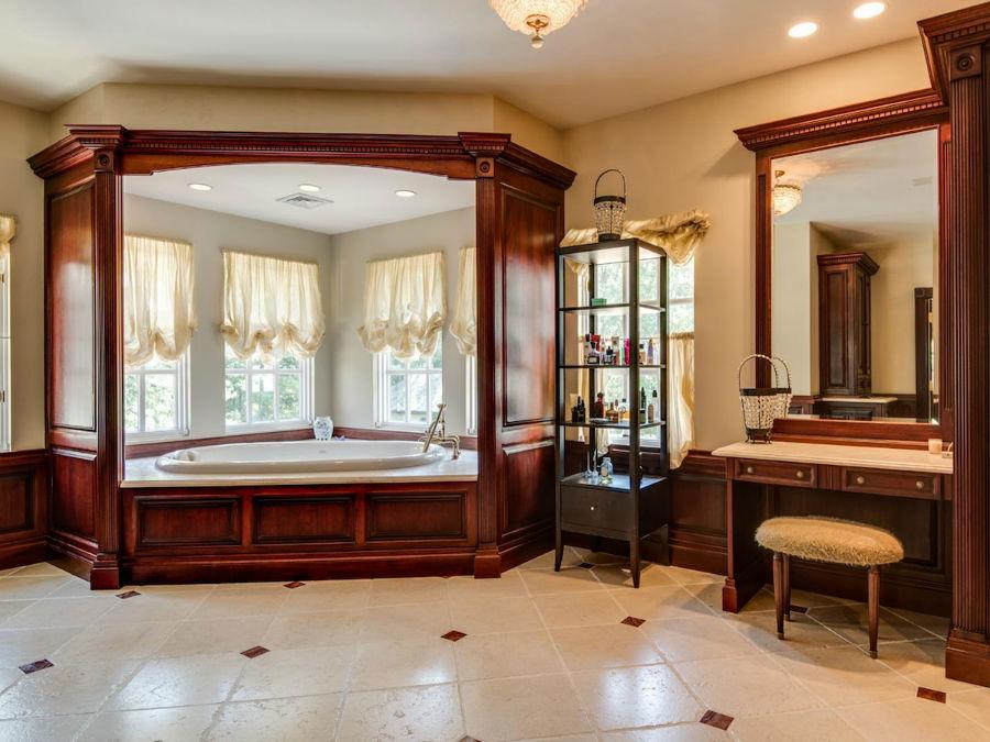 حمام خانه با چوب های ماهوگانی طراحی شده و مشخصه اصلی آن، وان بیضی شکل است.