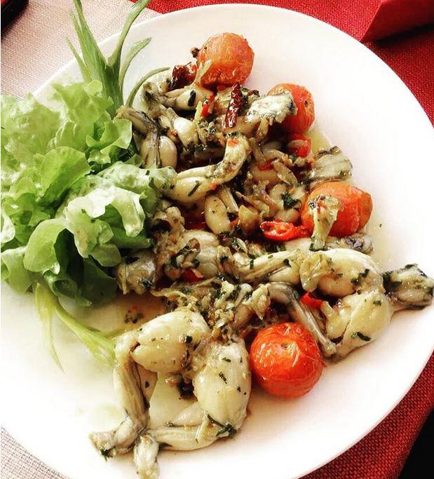 یکی از غذاهای محبوب در کشور فرانسه، پای قورباغه است که به همراه سس سیر و جعفری سرو می شود. طعم آن همانند مرغ و ماهی است.