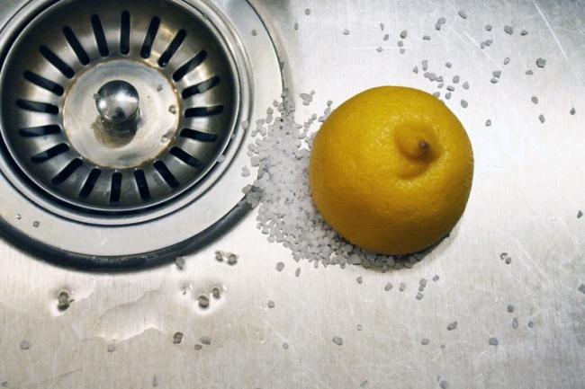 تمیز کردن سینک ظرفشوئی: نمک و آب لیموترش را با یکدیگر مخلوط کرده و خمیر به دست آمده را روی سطح استیل بکشید. این کار باعث برق افتادن سینک می شود و بسیار بهتر از هر نوع شوینده ای عمل می کند.