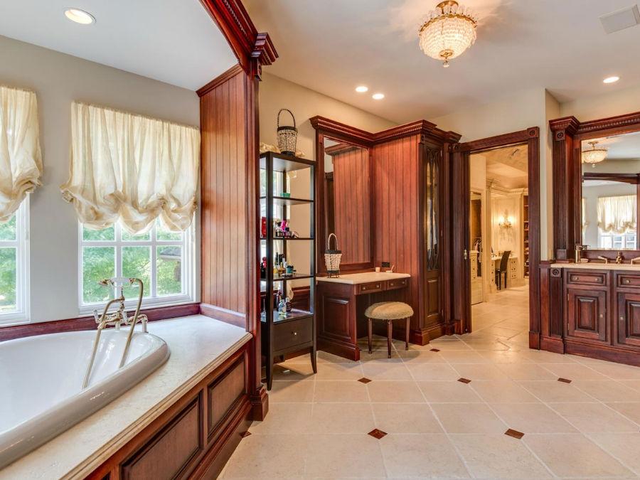 اتاق تعویض لباس و آرایش دو آینه بزرگ دارد.