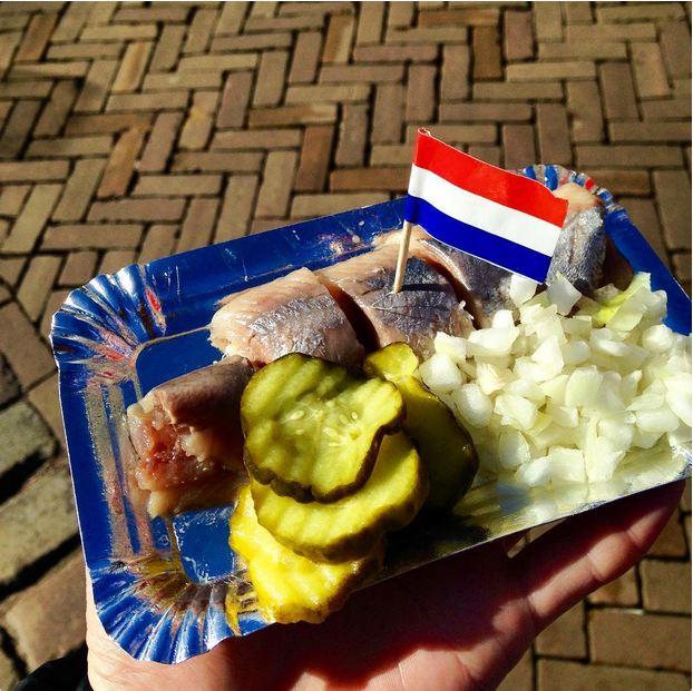 در کشور هلند، شاه ماهی را درون آب نمک خیس کرده و به صورت خام سرو می کنند.