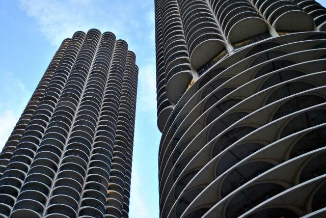 آپارتمان های مارینا سیتی در شیکاگو نیز طراحی های ویژه ای دارند. این ساختمان ها در سال 1964 ساخته شده اند و 179 متر ارتفاع و 65 طبقه دارند. مارینا سیتی از نخستین آپارتمان هایی هستند که در آمریکا با استفاده از جرثقیل تکمیل شده اند.