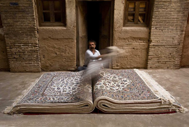 «محدوده قرمز»؛ مجموعه عکسی که فرش های ایرانی را در موقعیت هایی غیر منتظره قرار داده است
