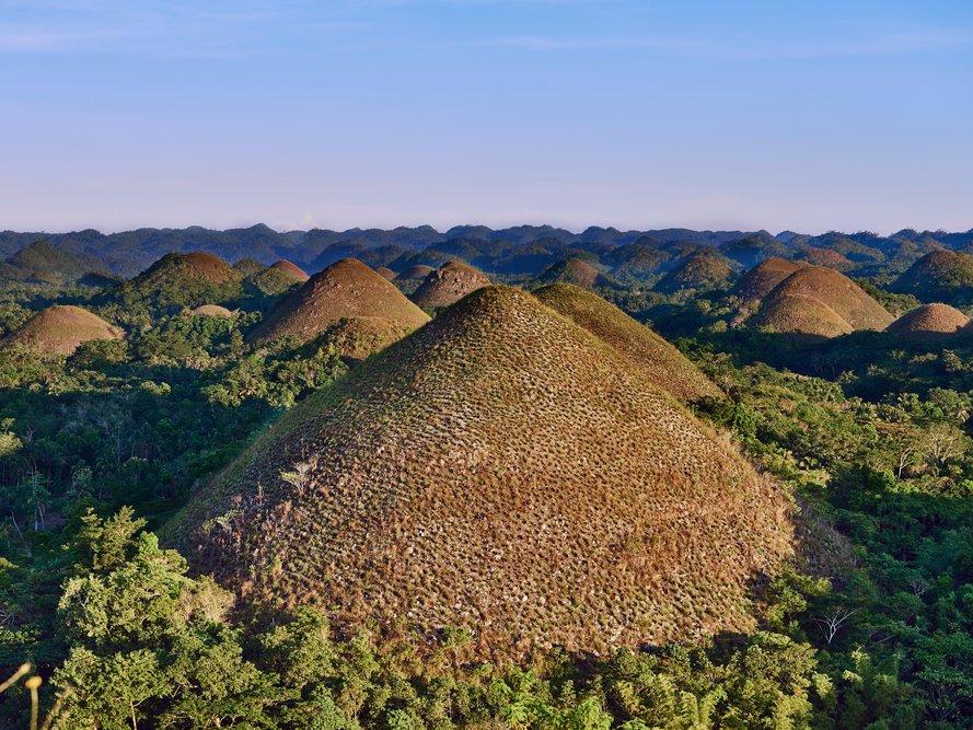 تپه های شکلاتی در فیلیپین با سنگ آهک پوشیده شده اند که در روزهای گرم و خشک به قهوه ای تغییر رنگ پیدا می کنند و به همین خاطر به آن ها کوه های شکلاتی گفته می شود.