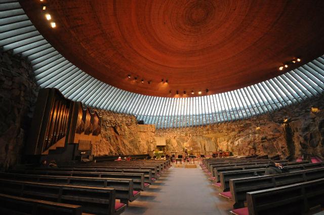 همه ساختمان های این مطلب، به سوی آسمان افراشته نشده اند. کلیسای Temppeliaukio در هلسینکی درون یک صخره در زیر زمین ساخته شده و نور آفتاب به طور کامل فضای داخلی اش را روشن می کند.