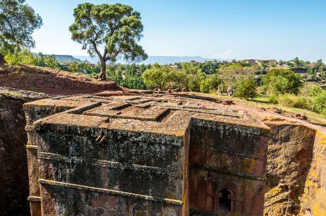 کلیسای سن جورج در لالیبلا در کشور اتیوپی یکی از عجیب ترین بناهای ساخته شده به دست بشر است، این ساختمان در قرن 12 و از تراش یک تکه سنگ یکپارچه ساخته شده است.