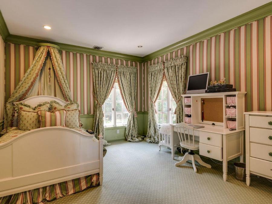 این خانه 4 اتاق خواب بزرگ دیگر نیز دارد.