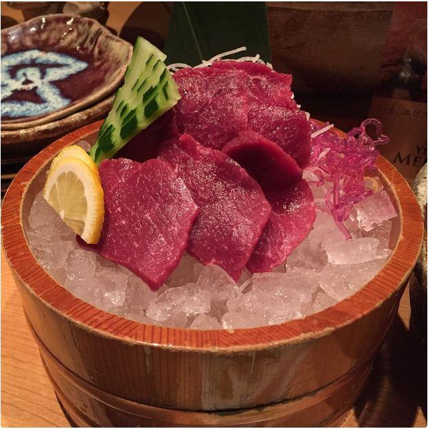 باساشی گوشت خام اسب است که به صورت ورقه های نازک، به همراه زنجبیل، پیازچه و سس سویا سرو می شود. این غذا دقیقا مشابه ساشیمی است اما به جای ماهی، گوشت اسب دارد.