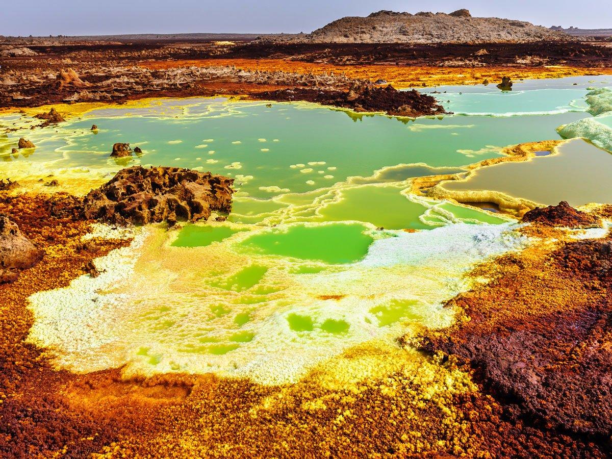 دریاچه های سولفوریک متعدد، گودال داناکیل در اتیوپی را به یکی از غیر قابل سکونت ترین مکان های زمین برای انسان تبدیل کرده اند.
