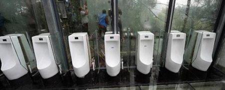 این دستشوئی در سپتامبر 2016 میلادی در چانگشا در کشور چین ساخته و راه اندازی شد. گردشگران زیادی کنجکاو هستند تا از توالتی که هیچ نوع حریم خصوصی برای مردان قائل نیست، دیدن کنند. کف، سقف و تمامی دیوارهای این فضا شیشه ای هستند.