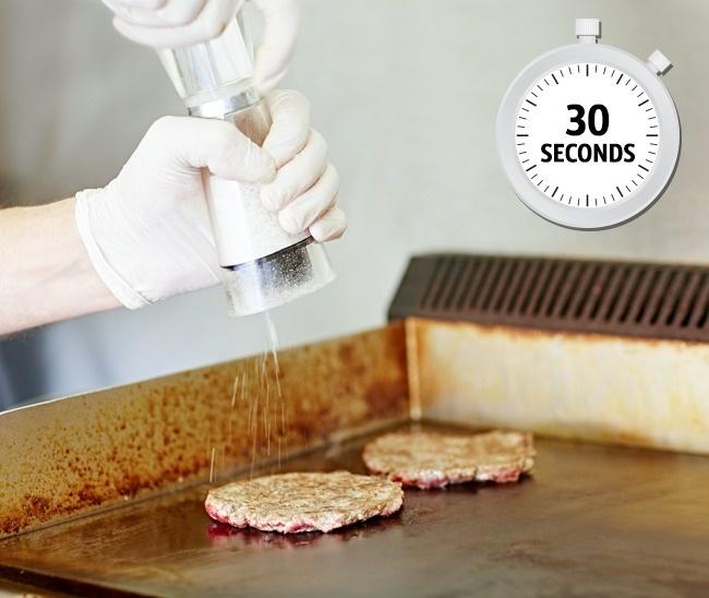 شاید جالب باشد بدانید که فست فودهای بزرگ و زنجیره ای، برگرهای خود را در عرض 30 ثانیه طبخ و آماده می کنند. این گوشت ها پیش از پخت، پخته و فریز می شوند.