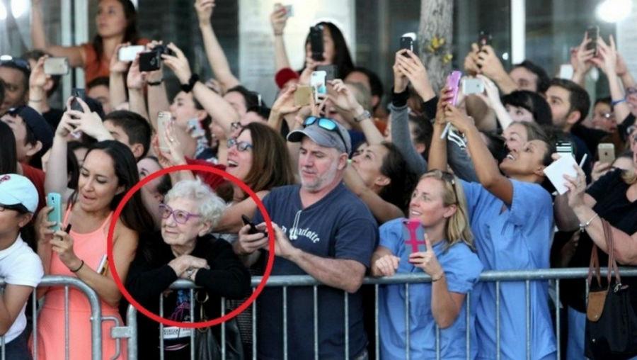 خانمی که فارغ از دنیای مدرن، تماشاگر لحظه ورود جانی دپ است.