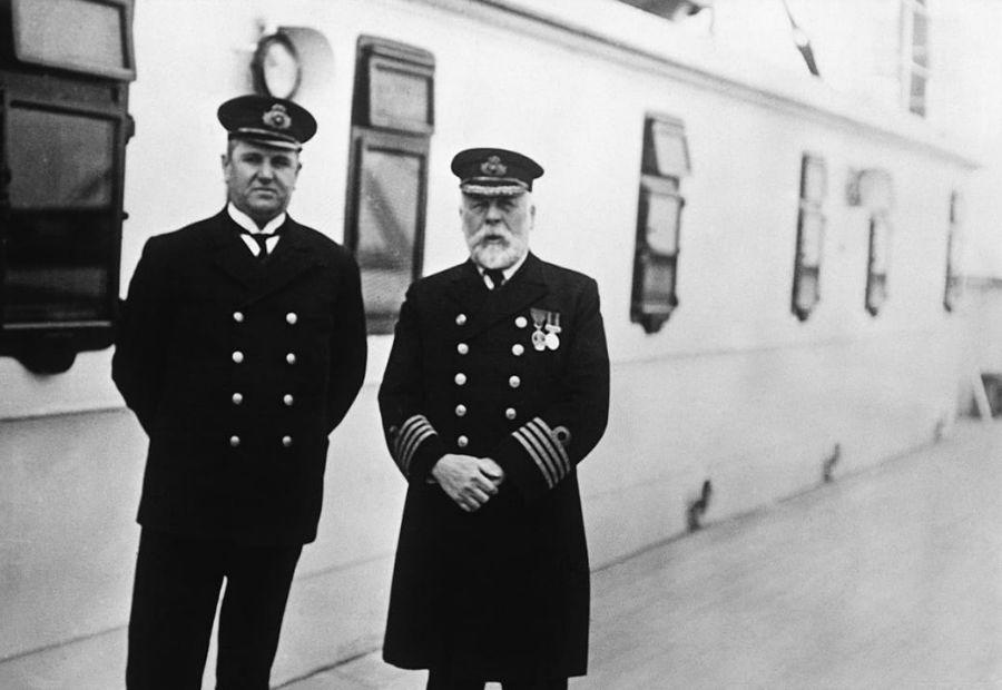 «هاگ والتر مک الروی»، متصدی بلیط ها و «ادوارد جی اسمیث»، ناخدای کشتی روی عرشه در مسیر ساوتهمپتون به کوئینزلند. مردی که این عکس را گرفته «رو اف.ام. براون» در کوئینزلند از کشتی پیاده شده است، یعنی سه روز پیش از برخورد با کوه یخ و غرق شدن کشتی