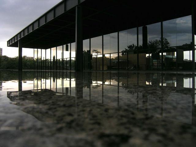 معمار آلمانی- آمریکایی به نام «لودویگ میس فن در روهه» با استفاده از خطوط مینیمال و فضای باز، ساختمانی ساخته که تصور می شود در هوای اطراف خود معلق است. این ساختمان شبیه Neue Nationalgalerie در شهر برلین است که در دهه 1960 میلادی ساخته شده.