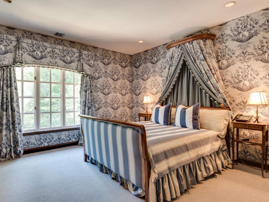 سه اتاق خواب یک سرویس بهداشتی مشترک دارند. اما یکی از آن ها به حمام و دستشوئی اختصاصی خود مجهز است.