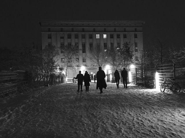 برلین را می توان مرکز موسیقی الکترونیک دانست دلیلش هم ساختمانی به نام «برگهاین» است که به لحاظ معماری یک شاهکار بروتالیسم به شمار می رود. (بروتالیسم، سبکی از معماری است که در آن ساختمان ها به طور کلی از بتن زبره و بدون روکش و زینت ساخته می شوند.)