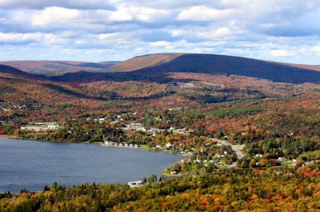 «کانادا» یک واژه سرخپوستی به مفهوم «روستای بزرگ» است.
