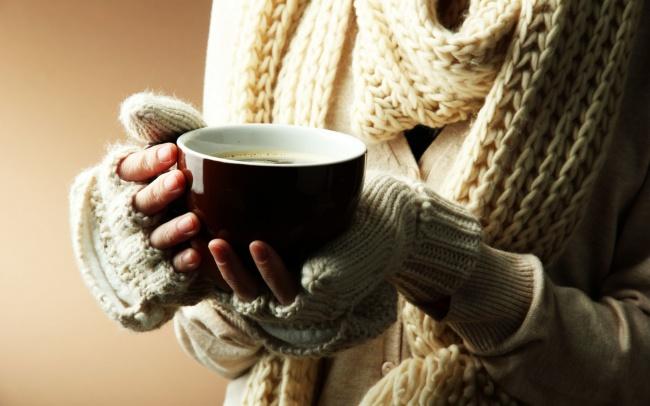 وقتی کسی یک لیوان نوشیدنی گرم در دست می گیرد، محیط اطراف «گرم تر» به نظر می رسد.