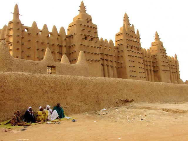 مسجد جامع جینیه در مالی (در غرب آفریقا) یکی از بزرگ ترین ساختمان های تمام خشتی جهان است و گنجایش 3 هزار نمازگزار را در خود دارد.