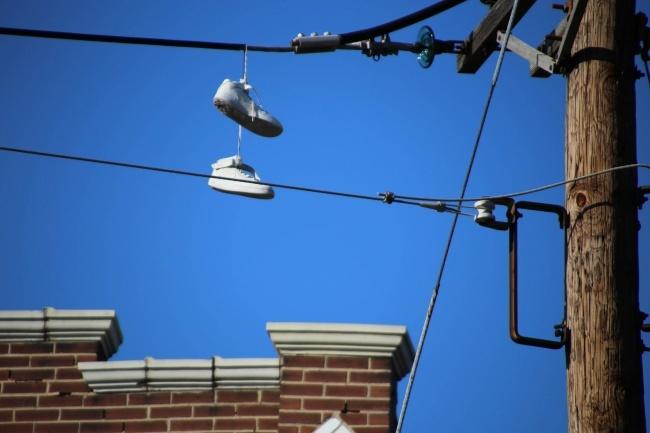 shoefiti یا «گرافیتی کفش»، به پدیده ای گفته می شود که کفش ها با بندهای گره خورده از سیم های تلفن یا برق آویخته می شوند. برای این واژه چند دلیل متفاوت مطرح شده: دانش آموزان پس از پایان تحصیلات به منظور نمایش خوشحالی خود این کار را انجام می دهند. ورزشکاران در واکنش به برد یا باخت خود در مسابقه این حرکت را اجرا می کنند. این یک نشانه برای نمایش محلی است که در آن جا مواد مخدر به فروش می رسد. رنگ کفش هم نشان دهنده نوع مخدر است. این کار توسط گروه های خلاف کار اجرا می شود تا قلمرو خود را مشخص کنند.