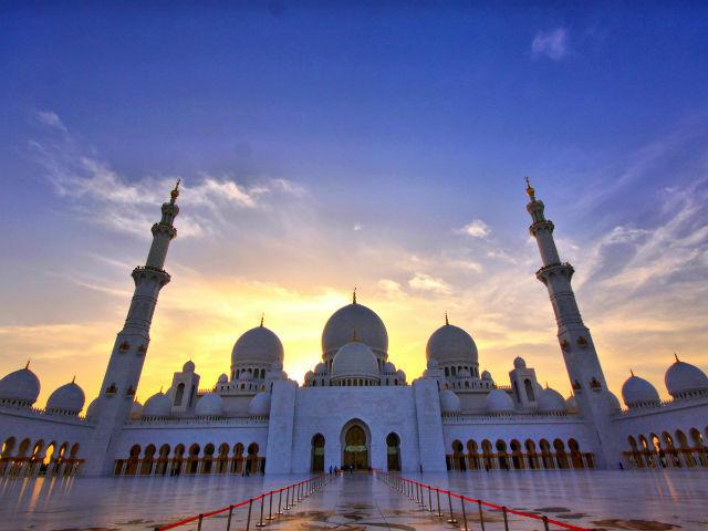 مسجد شیخ زائد، 10 سال پیش در شهر ابوظبی در کشور امارات ساخته شده است و در حال حاضر یکی از مهم ترین عبادتگاه های این منطقه به شمار می رود. بد نیست بدانید که این مسجد پس از مسجد الحرام و مسجد و النبی، سومین مسجد بزرگ جهان است و یکی از نقاط دیدنی امارات متحده عربی نیز به شمار می رود.