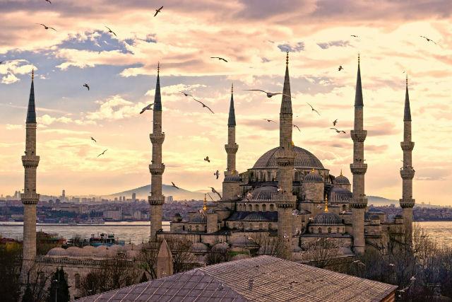 شاید بتوان گفت یکی از زیباترین و پرابهت ترین ساختمان های مذهبی جهان، مسجد آبی شهر استانبول در ترکیه باشد که در دهه 1600 میلادی و در دوره حکومت عثمانی بنا شده است.