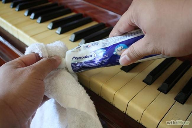 کلیدهای پیانو در اثر تماس دائمی با انگشتان دست به سرعت آلوده و کثیف می شوند. به همین خاطر برای پاک کردن انواع لکه ها و تمیزی آن ها فقط کافی است مقداری خمیر دندان را روی حوله خیس و تمیز بگذارید و روی سطح کلیدها بکشید. نتیجه کار شگفت زده تان خواهد کرد.