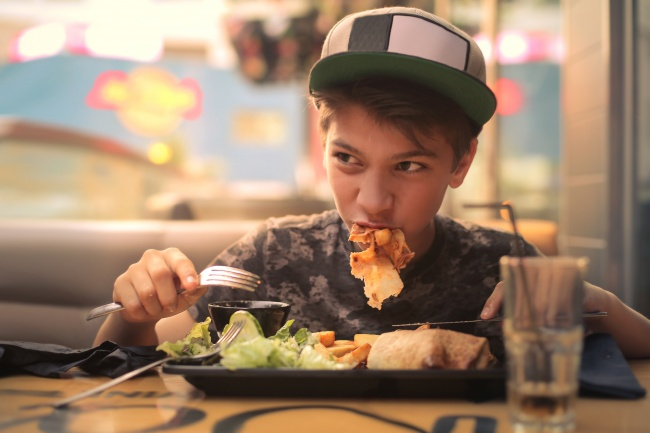 در رستوران های غذاهای ساندویچی، انسان ها به طور متوسط هر لقمه را فقط 12 بار می جوند، این در حالی است که در خارج از این رستوران ها، هر فردی حدودا 15 بار غذای خود را می جود. هر چه غذا کمتر جویده شود، رضایت کمتری از غذا خواهید داشت و در نتیجه بیشتر می خورید تا به حس لذت از غذا خوردن دست پیدا کنید.