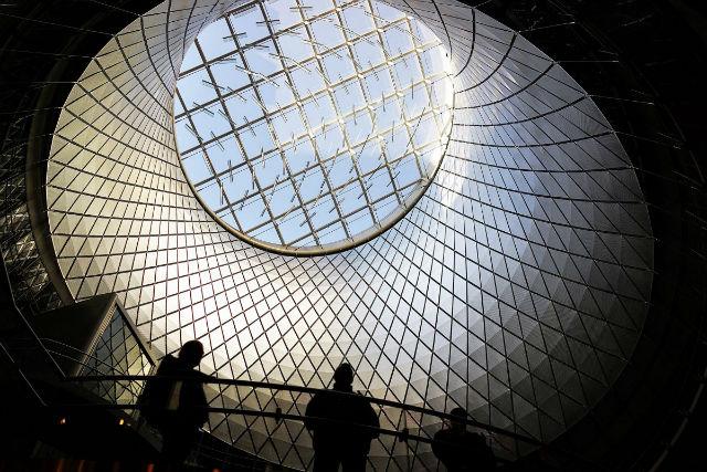 بشر از قدیم به ساخت بناهای استثنائی که تصویری از آینده را در خود دارند، علاقه داشته و از جمله می توان به «مرکز فالتون» در نیویورک سیتی اشاره کرد که در سال 2014 گشایش یافته است.