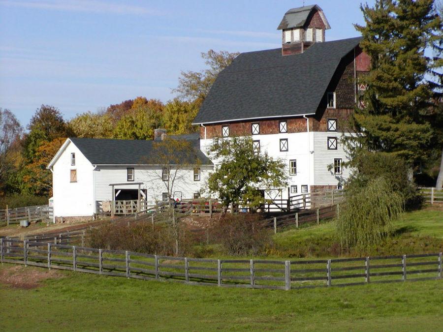 بیشتر نمای این شهرستان شبیه این تصویر است؛ مزارع سرسبز با عمارت های بزرگ.