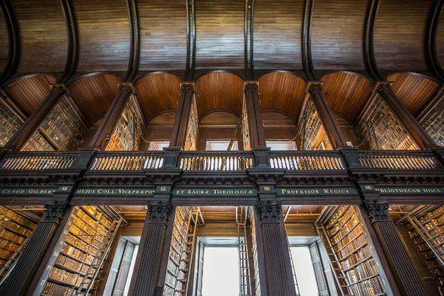کتابخانه «لانگ روم» یکی از زیباترین کتابخانه های دنیا با سقفی بسیار بلند است.