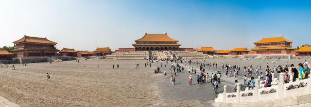 این شهر در سال 1406 و به مدت 14 سال ساخته و تکمیل شد و حدود 500 سال محل اقامت امپراتورهای چینی بوده است. بد نیست اشاره کنیم که از سال ۱۹۲۴ بازدید از این مجموعه به عنوان کاخ موزه برای عموم آزاد شد.