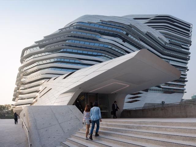 دانشگاه پلی تکنیک هنگ کنگ، که یکی از طراحی های بی نظیر زاها حدید به شمار می رود از جمله بناهای مدرن با خطوط تمیز و بی نقص است.