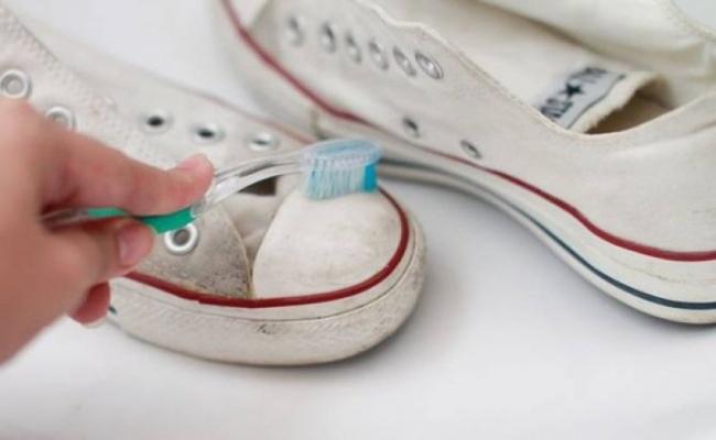 کفش هایی که کفی سفید دارند، همانند کتانی های کانورس را می توانید با استفاده از مسواک و خمیردندان تمیز و براق کنید.