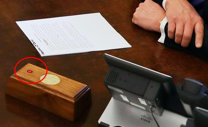 ترامپ روی میز کار خود یک کلید، مخصوص سفارش نوشابه دارد