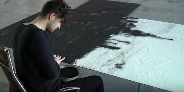 هنرمندی که با استفاده از طلا و ماسه آثار هنری زیبا و شگفت انگیز خلق می کند [تماشا کنید]