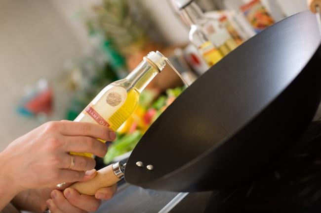 پیشگیری از پریدن روغن داغ: پیش از سرخ کردن مواد غذایی در روغن داغ، کمی نمک در تابه بپاشید. این کار علاوه بر اینکه مانع از پاشیدن روغن می شود، بلکه باعث می شود تا گوشت یا مثلا سیب زمینی به کف ظرف نچسبد.