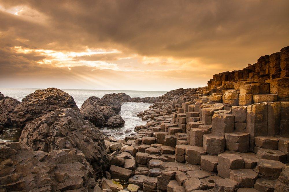 ساحل بزرگ ایرلند شامل 40 هزار ستون سنگ آتشفشانی است که چیدمان و ترتیب قرار گیری آن ها در کنار هم، چشم اندازی غیرواقعی به آن جا بخشیده است. این سنگ ها از فوران آتشفشان در گذشته های دور باقی مانده اند.