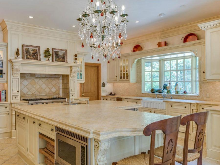 در آشپزخانه اصلی این خانه شاهد یک جزیره بسیار بزرگ از جنس مرمر هستید که در یک گوشه آن سینک ظرفشوئی به صورت توکار تعبیه شده است. این آشپزخانه دو ظرفشوئی و دو فر دارد.