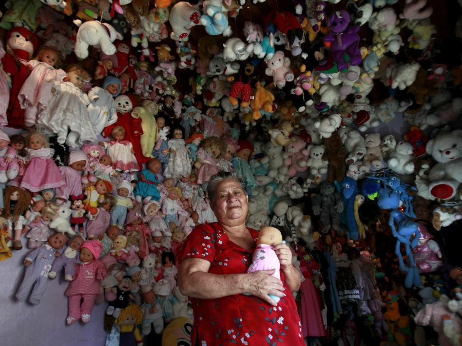 «آندریا روجاس» از کشور کاستاریکا نیز به جمع آوری عروسک علاقه وافری دارد. او در حال حاضر بیش از 4500 عروسک در خانه دارد.