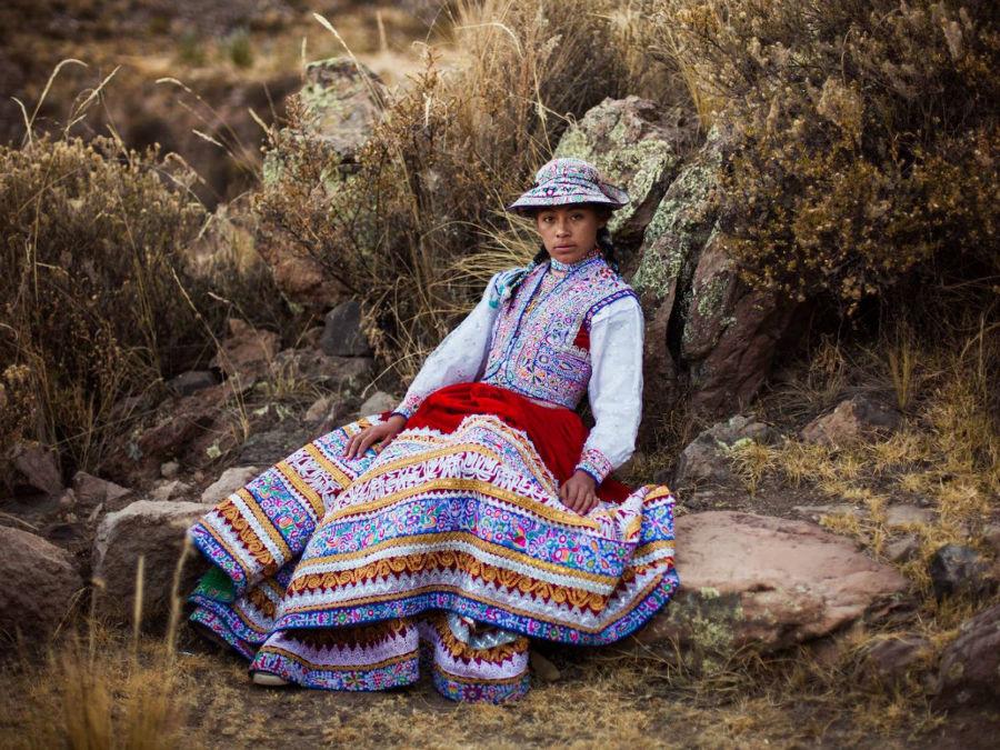 زنی در لباس محلی در روستای کولکا در کشور پرو