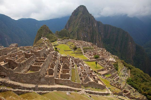 ماچو پیچو، شهری با دیوارهای سنگی است که بر فراز کوه ها آند در پرو و مطابق بر معماری اینکاها ساخته شده است.