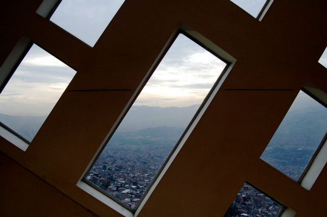 از داخل این کتابخانه که در منطقه «سنتو دومینگو ساویو» واقع شده می توان چشم انداز دره های مدلین در حوالی کوه های آند را مشاهده کرد.
